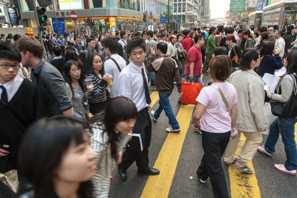 Hongkong är en av världens mest tätbefolkade städer och det märks när man är ute på gatorna, som här i Tsim Sha Tsui East i Kowloon.